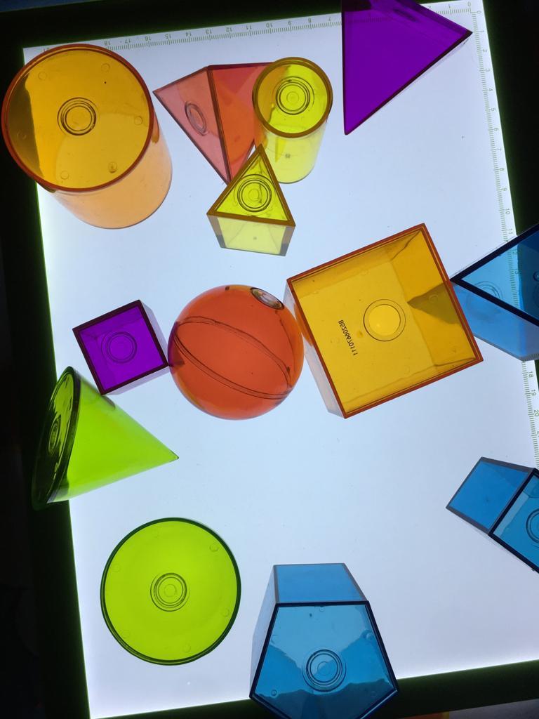 Juegos con la mesa de luz para niños de 2 años